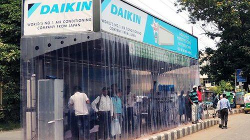 Виробники кондиціонерів – компанії  Daikin, Haier та LG цього року стали учасниками ініціативи по забезпечення пасажирів громадського транспорту приємною прохолодою під час його очікування